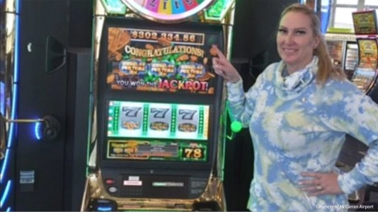 Texas woman hits over $300G jackpot while waiting at Las Vegas airport for flight home